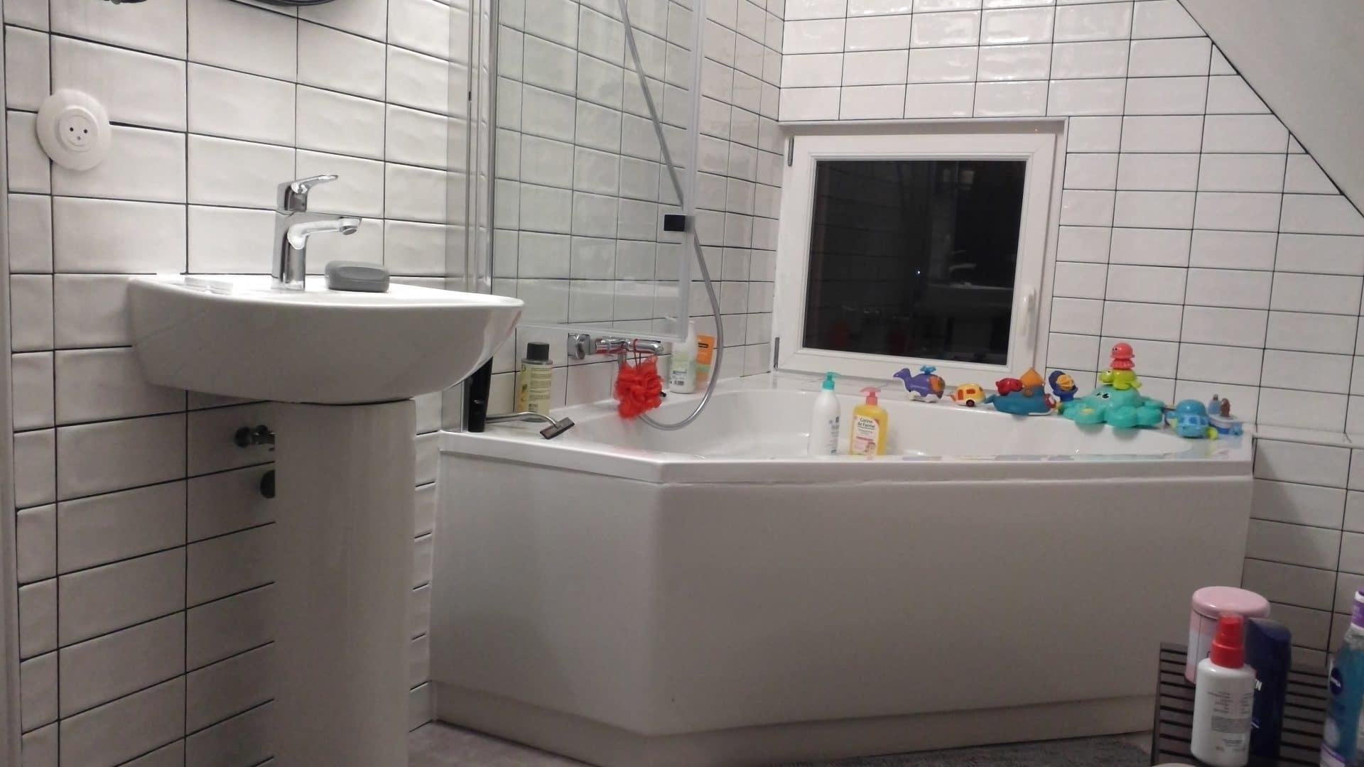 Rénovation de salle de bain avec baignoire d'angle à Courdemanche (27)