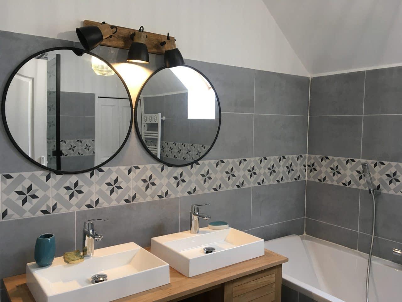 Rénovation d'une salle de bain à Montesson (78) : miroir et double vasque