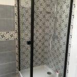 Rénovation d'une salle de bain à Montesson (78) : espace douche avec faïence