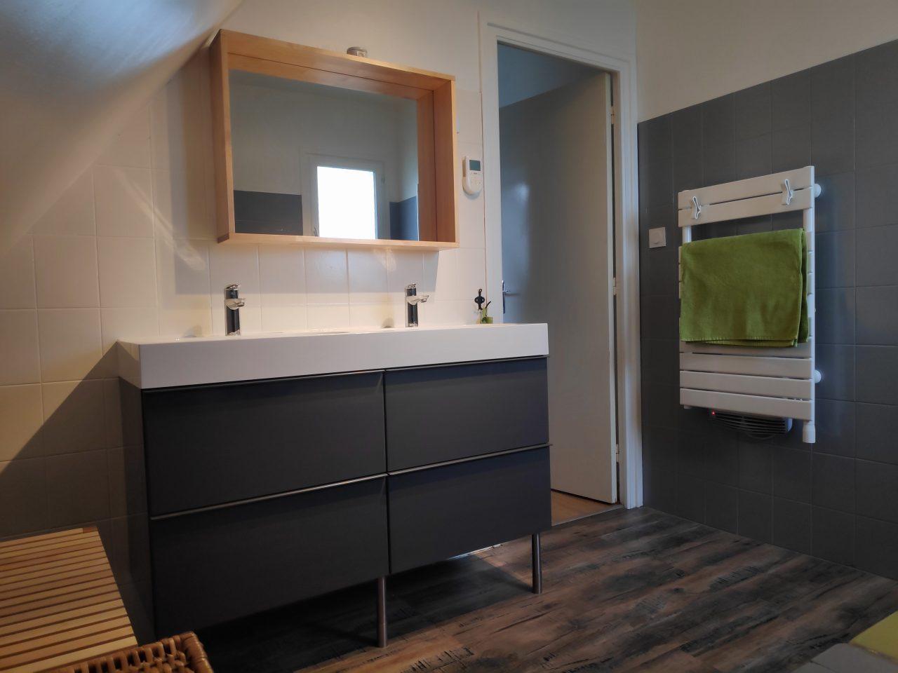 rénovation salle de bains sol stratifié meuble double vasque miroir peinture sèche-serviettes Le Conquet