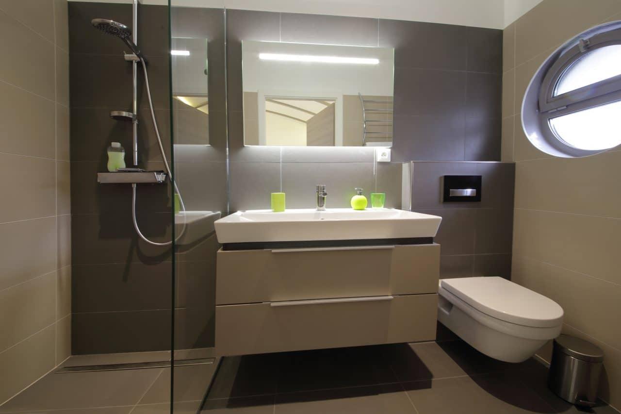 salle de bain moderne douche à l'italienne sans receveur faïence carrelage
