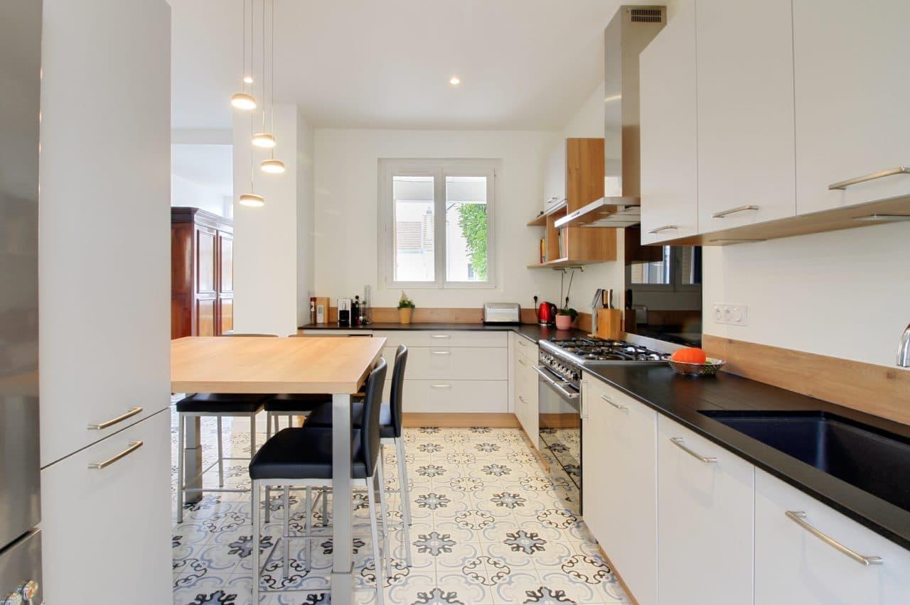 rénovation surélévation cuisine scandinave équipée aménagée carrelage blanc à motif maison Dijon