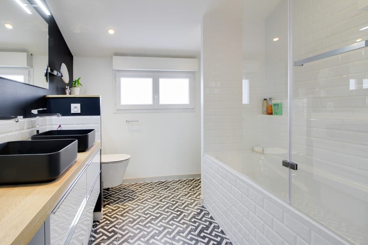 rénovation surélévation maison salle de bain meuble vasque noir douche-baignoire carrelage motif faïence métro miroir éclairé WC suspendu Dijon