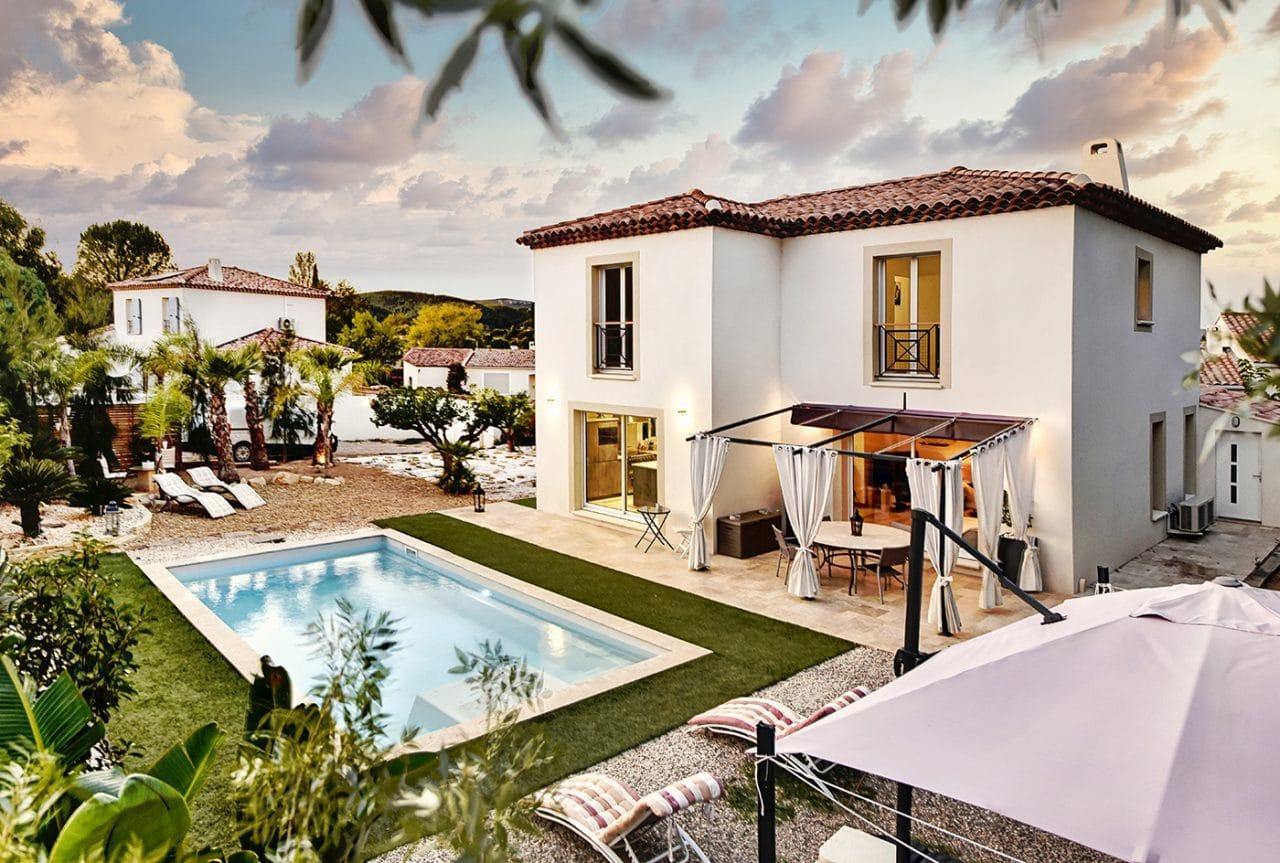 maison à étage moderne avec piscine