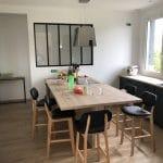 rénovation cuisine aménagée noir bois table à manger îlot cuisine verrière Belleville-sur-Vie