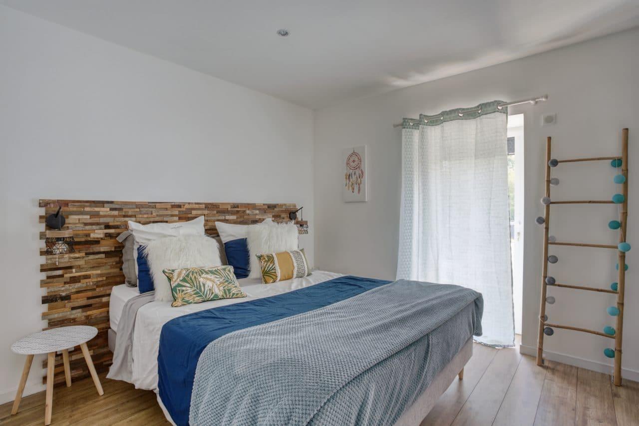 rénovation maison corps de ferme chambre tête de lit bois
