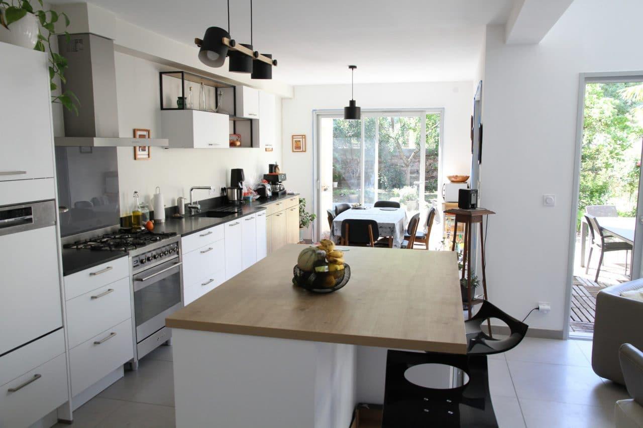 rénovation maison cuisine ouverte avec îlot central style scandinave peinture Toulouse