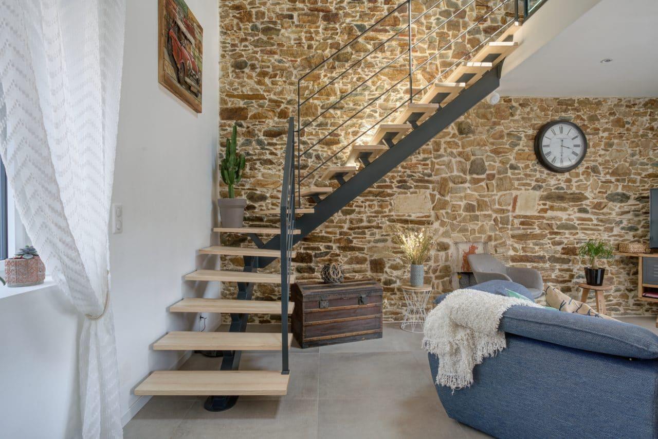 rénovation maison corps de ferme escalier pierres apparentes