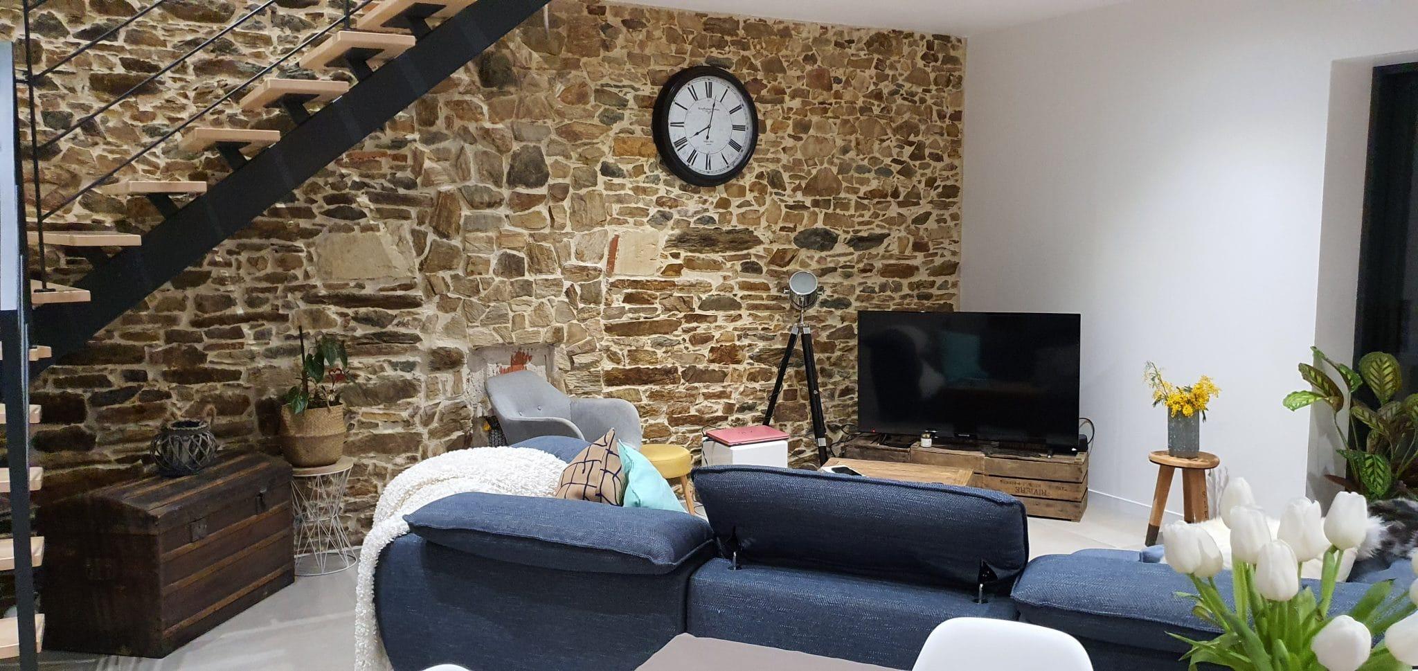 rénovation maison corps de ferme salon pierres apparentes peinture aménagement escalier rambarde Bouguenais