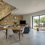 rénovation maison corps de ferme salon séjour pierres apparentes