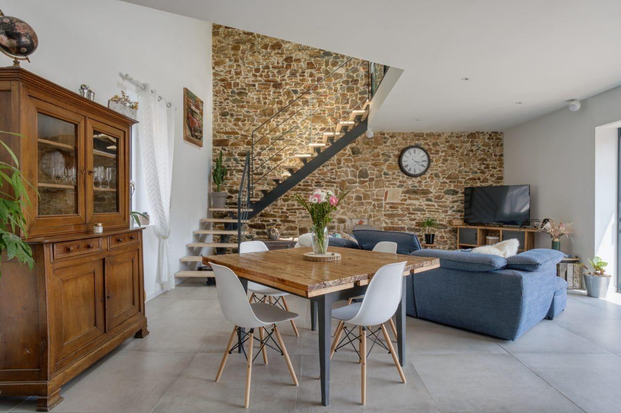 rénovation maison corps de ferme salon séjour escalier pierres apparentes