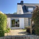 extension maison toit plat baie vitrée coulissante menuiserie tuile ardoise crépi blanc Vannes