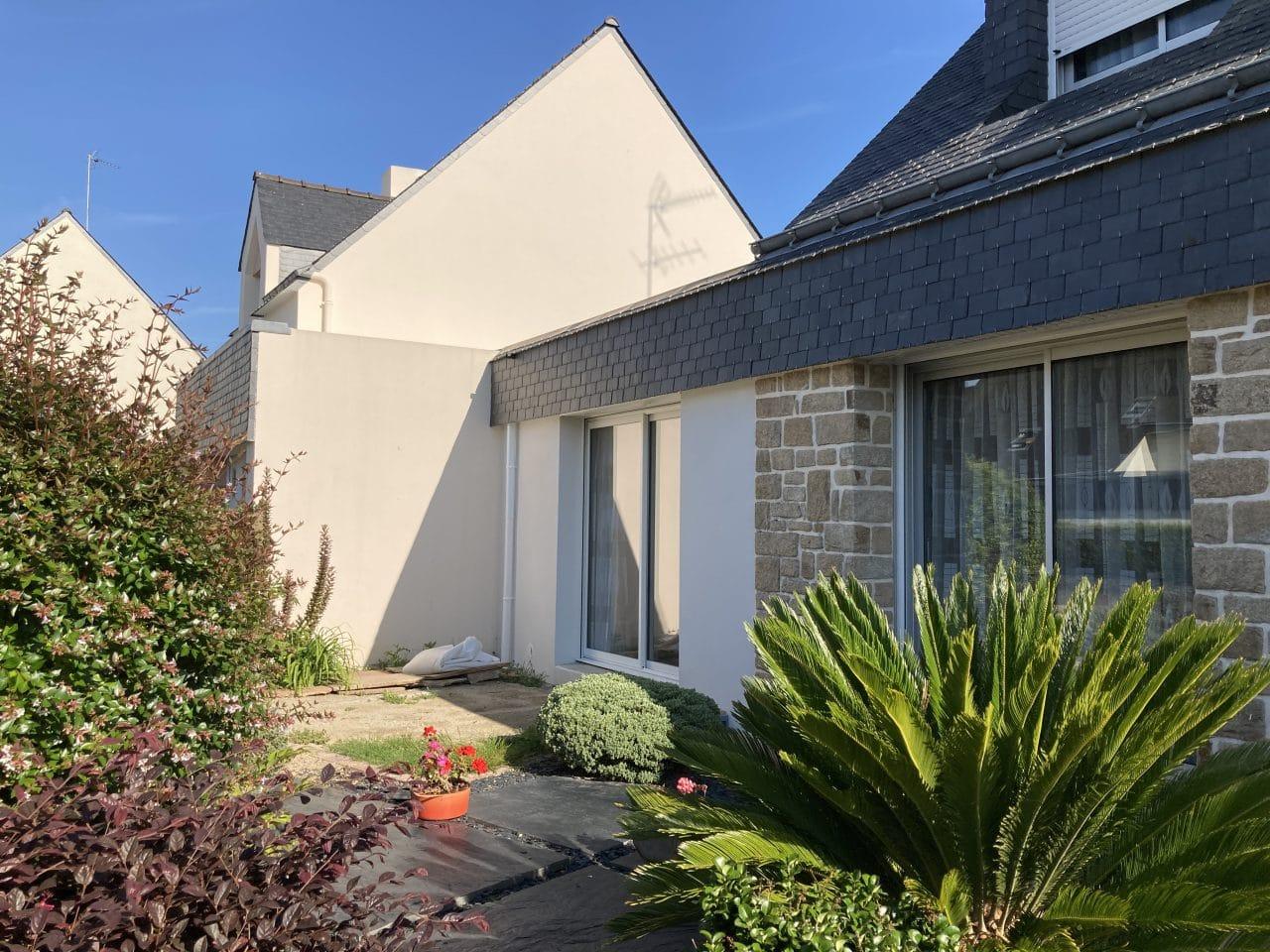 extension maison toit plat extérieur baie-vitrée crépi blanc Vannes