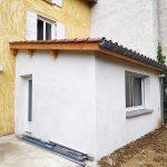 extension maison à Parcieux : vue extérieur, toit en tuiles et mur blanc