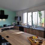 extension maison à Parcieux : zoom sur la table familiale et la vue sur le jardin