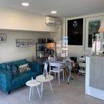 rénovation d'un local professionnel : salon de coiffure avant transformation en salon esthétique : accueil avec coin salon