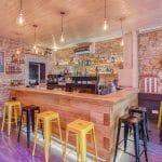 rénovation restaurant bar comptoir bois mur en pierre suspension luminaire Lyon 6