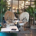 rénovation d'un restaurant à Perpignan : fauteuils en osier