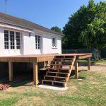 Création d'une terrasse en bois à Olivet - terrasse en hauteur en bois, vue d'ensemble avec la maison