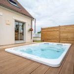 Spa spacieux installé sur une terrasse en bois - aménagement extérieur à Soissons