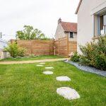 aménagement extérieur à Soissons : partie gazonnée avec chemin de pierres