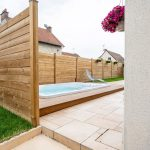 aménagement extérieur à Soissons : spa avec palissade pour assurer la tranquillité