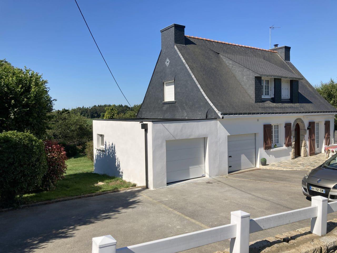 extension maison garage agrandissement toit plat crépi mur blanc prolongement Saint-Avé
