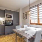 rénovation cuisine aménagée équipée placard rangement four tons gris spots plan de travail table à manger Wolfisheim