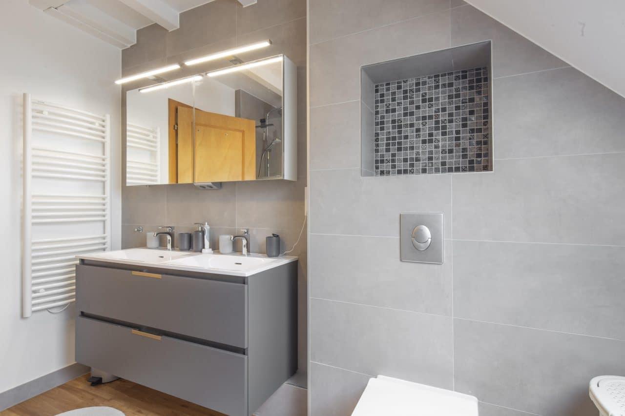 rénovation salle de bain sèche-serviette meuble double vasque suspendu miroir éclairé faïence gris lucarne mur WC Wolfisheim