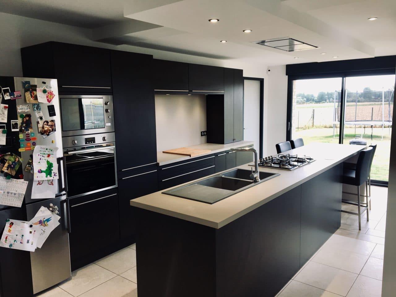aménagement cuisine à Saint Omer : ilot central noir plan de travail bois clair cuisine contemporaine