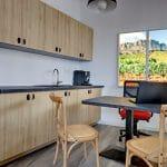 rénovation d'une agence immobilière à Castelnau-le-Lez : bureau cuisine aménagée