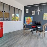 rénovation d'une agence immobilière à Castelnau-le-Lez : espace d'accueil verrière lame pvc