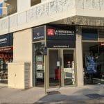 rénovation d'une agence immobilière à Castelnau-le-Lez : devanture avec écrans