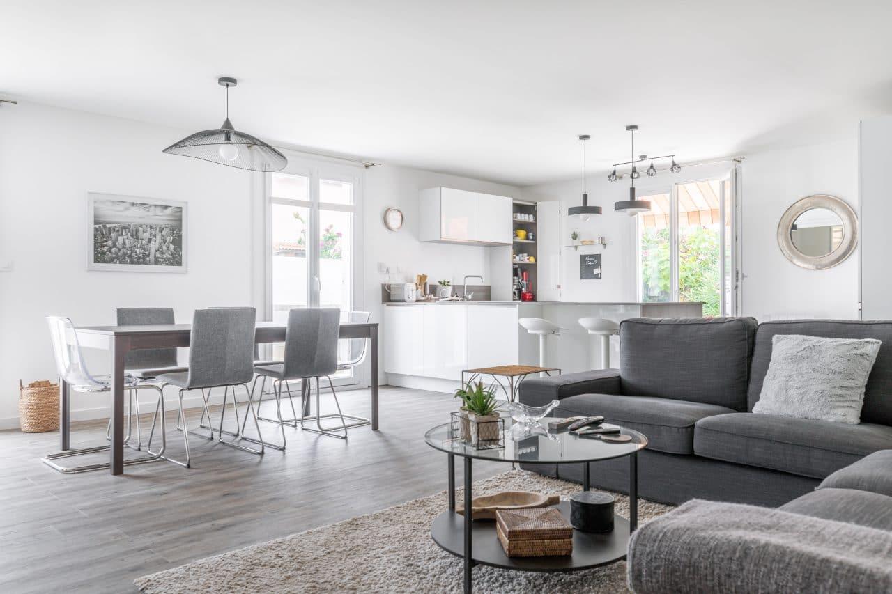 rénovation extension maison sol pvc effet bois gris foncé peinture luminaire cuisine aménagée Pomérols