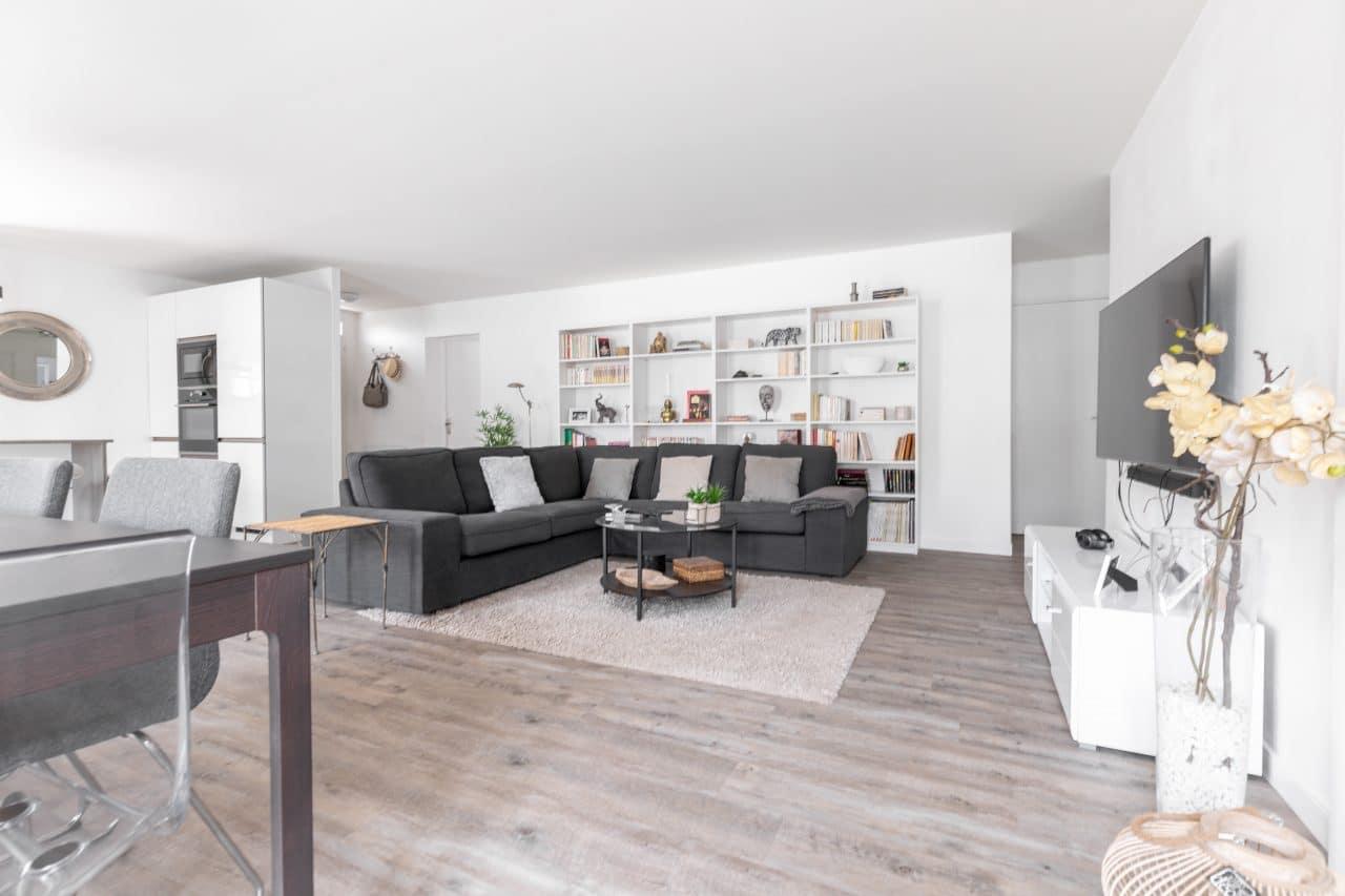 rénovation extension maison salon isolation mur peinture revêtement sol pvc bois bibliothèque meuble Pomérols