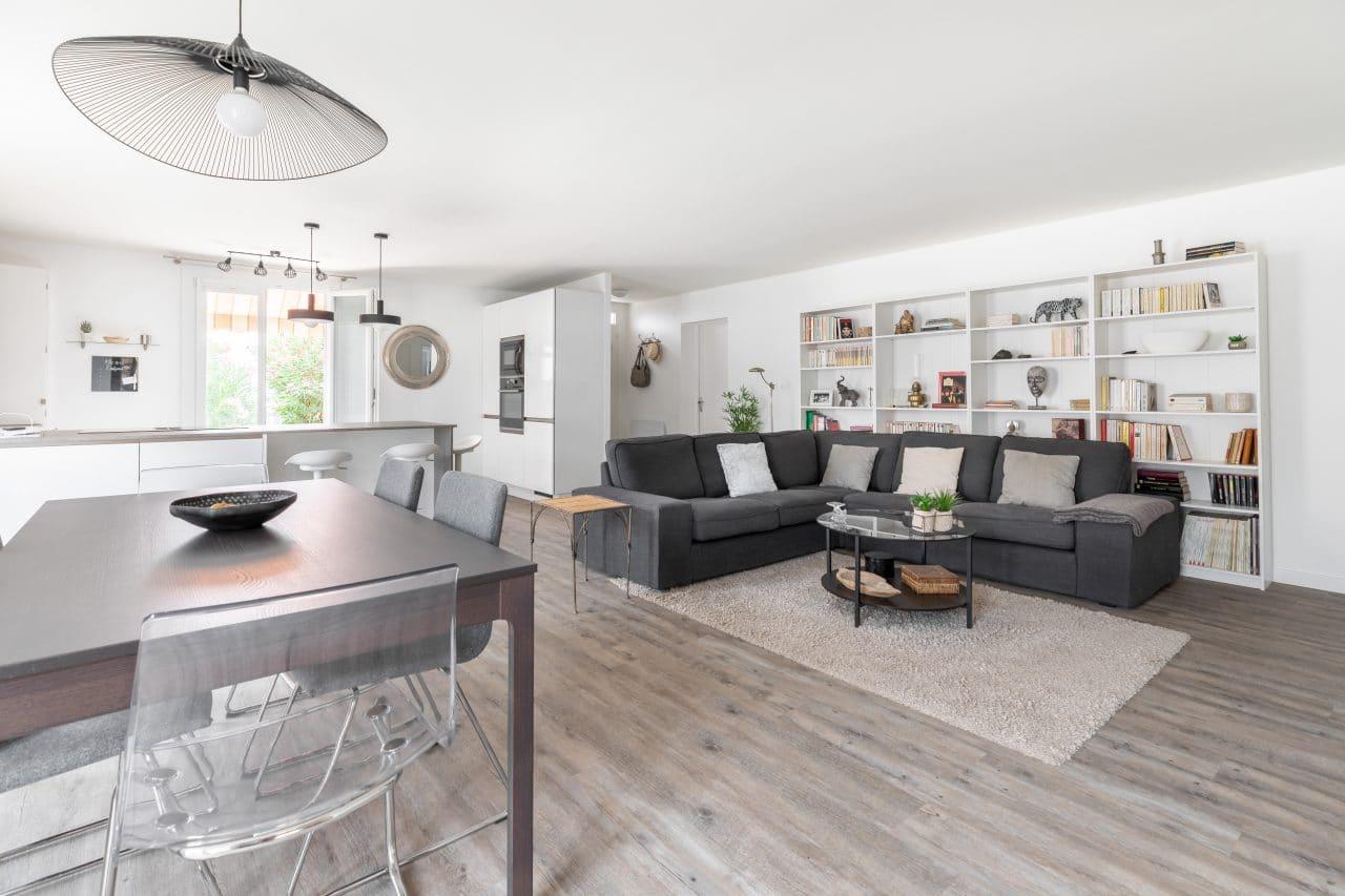 rénovation extension maison salon pièce de vie table à manger luminaire suspendu sol pvc effet bois peinture mur Pomérols