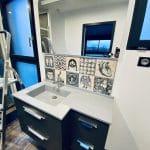 création d'une salle de bain à Saint-Omer : pose d'un meuble avec miroir, et carrelage moderne.