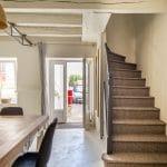 rénovation d'une maison à Rezé : entrée avec grande table et escalier