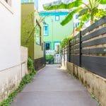 rénovation d'une maison à Rezé : passage menant à la maison