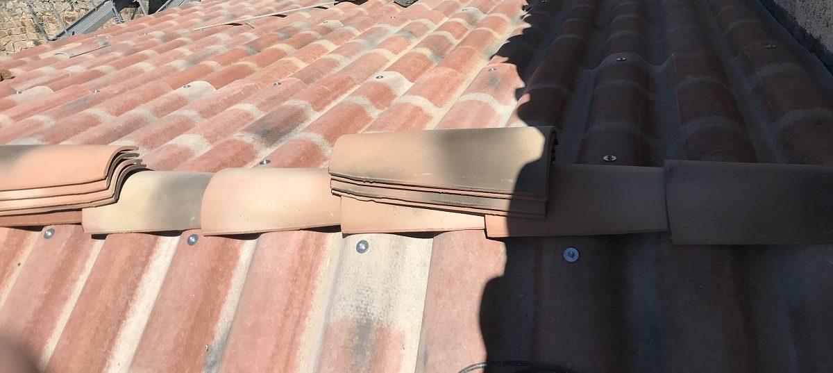 Couvreur en train de travailler - Rénovation d'une toiture à Cannes