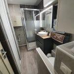 Nouvelle vasque, douche installée et wc suspendu - rénovation d'une salle de bain à Angoulême