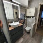 Vasque avec miroir éclairé et coin wc suspendu - rénovation d'une salle de bain à Angoulême