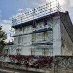 Pose d'un échafaudage - rénovation toiture Saint-Même-les-Carrières