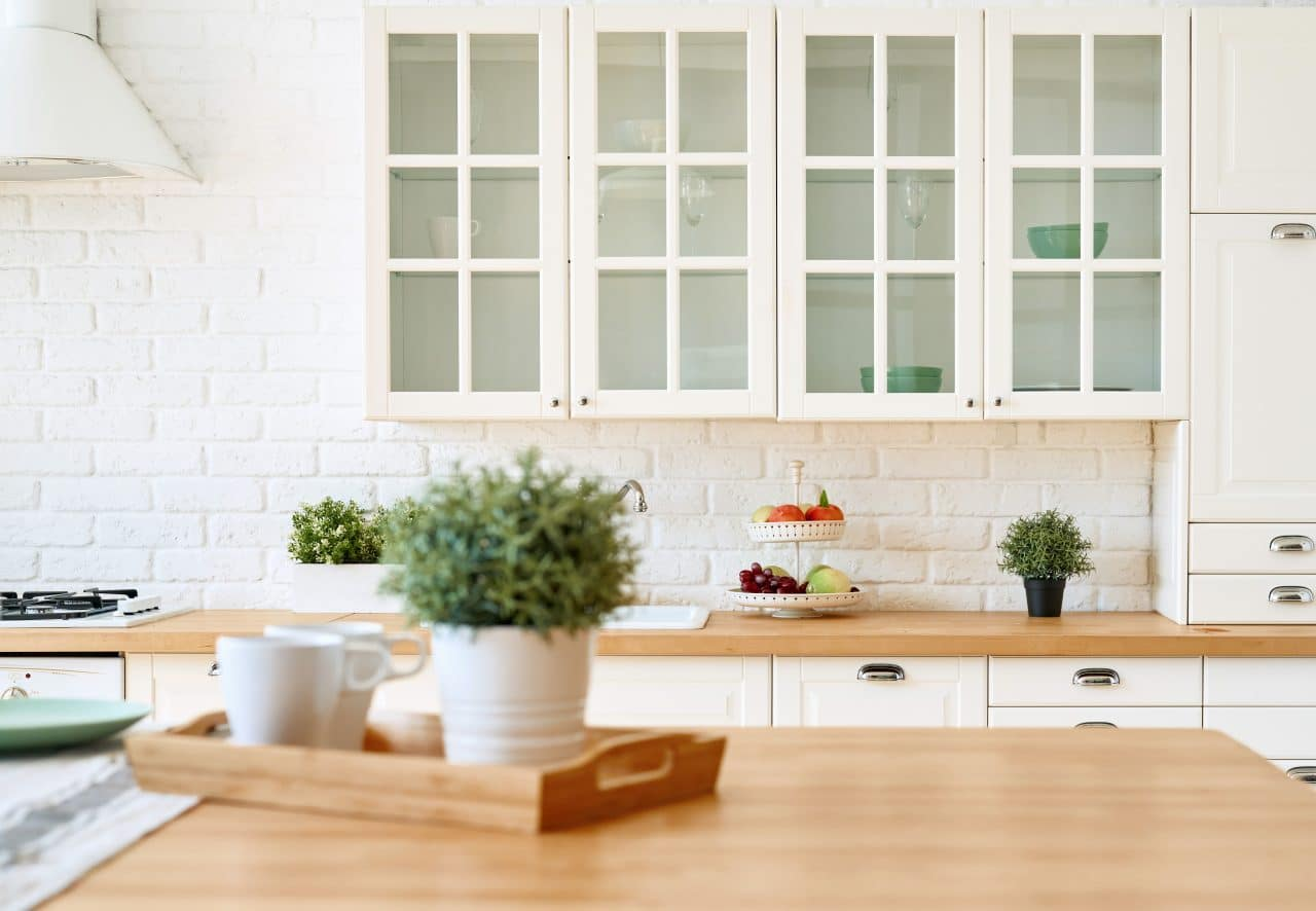 Une cuisine moderne rénovée et lumineuse