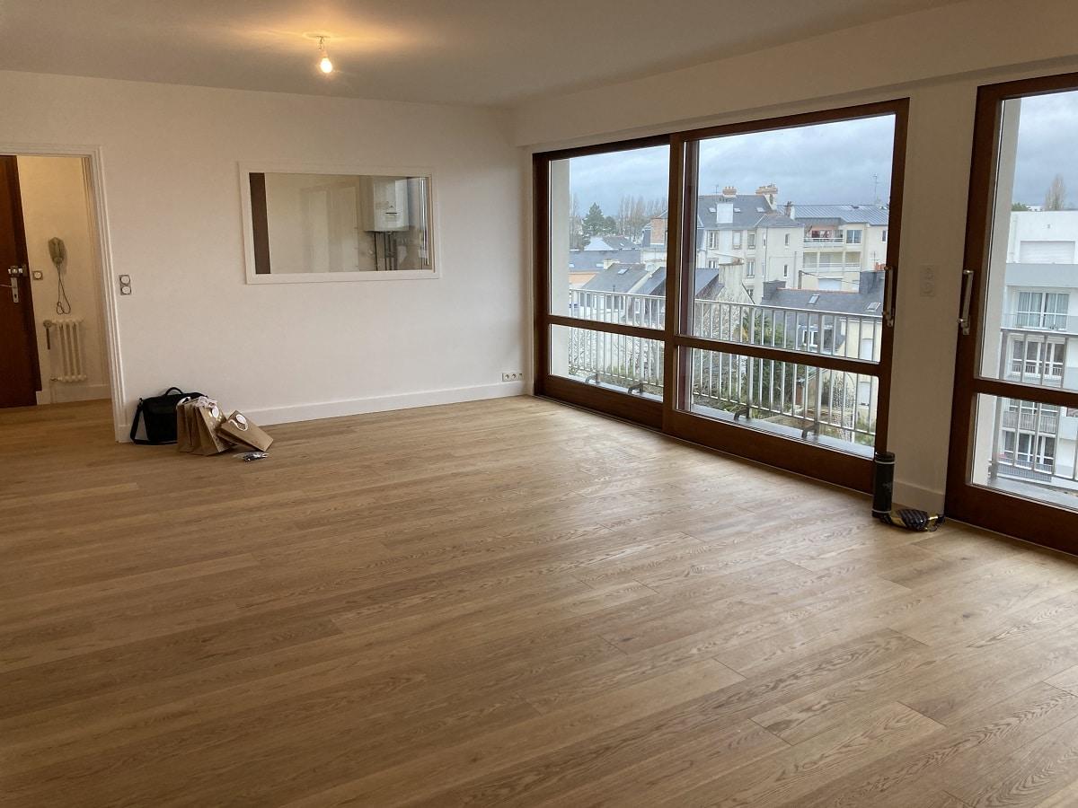 Vue générale du salon avec un châssis vitré - rénovation appartement à Vannesec