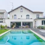 Façade arrière avec piscine après travaux - rénovation extension de maison à Toulouse