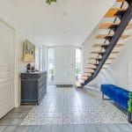 Entrée avec nouvel escalier - rénovation extension de maison à Toulouse