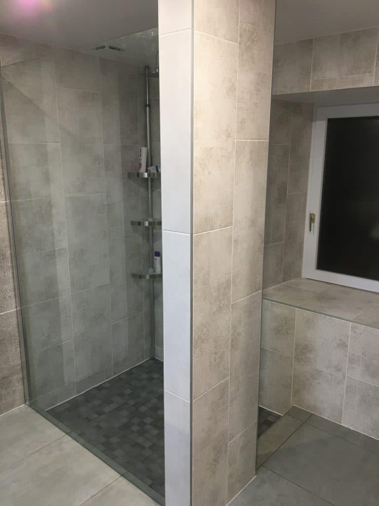 Création d'une douche avec une paroi transparente - rénovation salle de bain à Daumeray près d'Angers