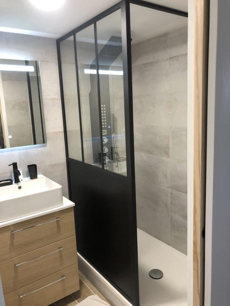 Douche et vasque sur meuble de rangement - transformation d'un garage en chambre et salle de bain