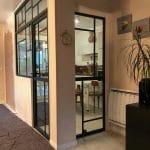 Verrière en deux parties entre la cuisine et le salon - maison à Dinard